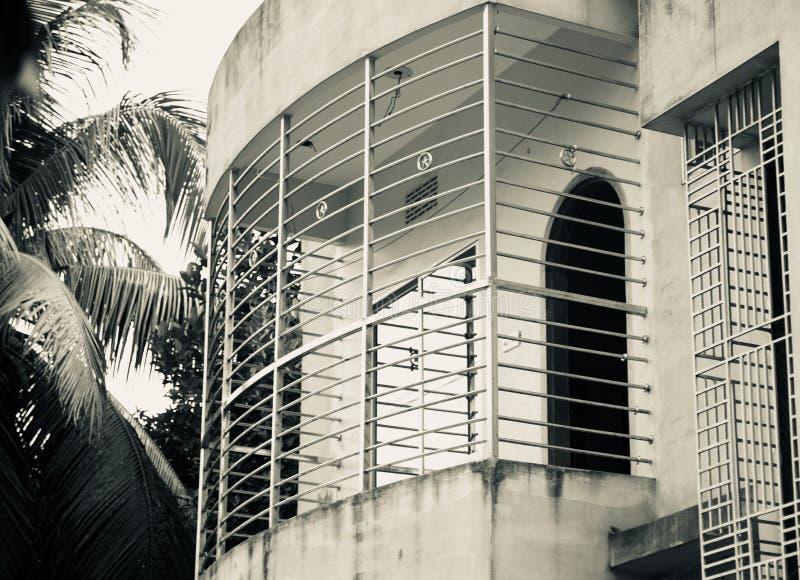 Metalliskt skyddsgaller av en byggnad arkivfoton