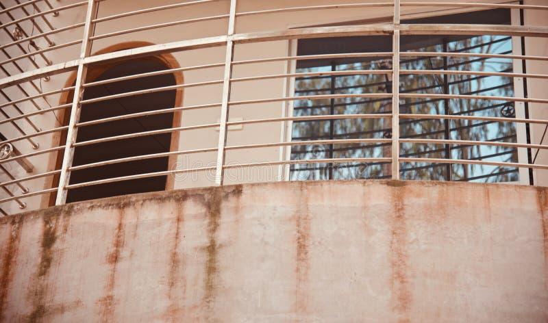 Metalliskt skyddsgaller av en byggnad royaltyfri foto