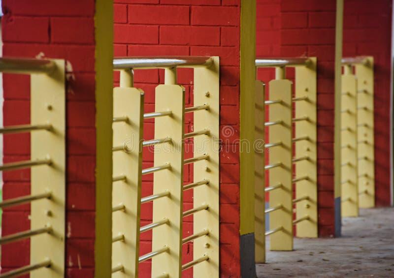 Metalliskt skyddsgaller av ett unikt foto för byggnad arkivbild