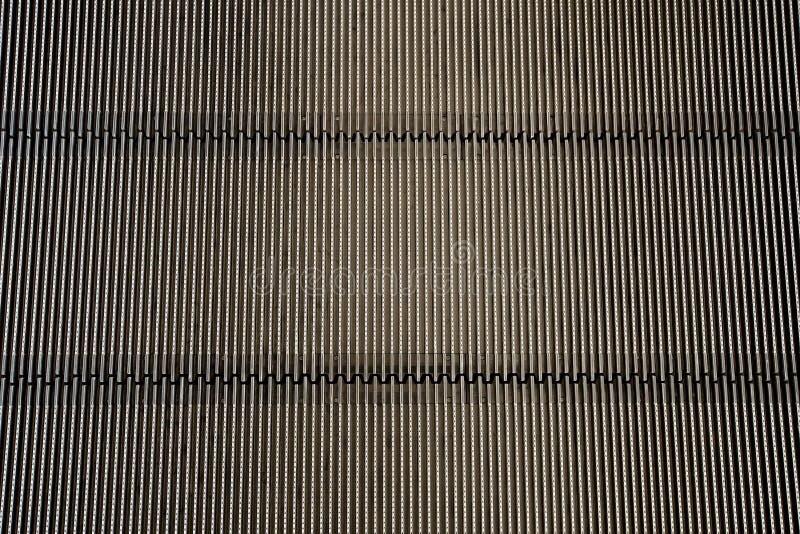 Metalljärnbakgrund (detaljen från rulltrappan - textur) arkivbilder