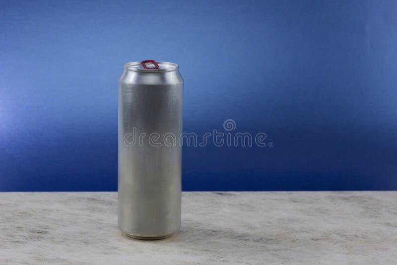 Metallkann aluminiumgetränkegetränk auf einem Feld des Blaus lizenzfreie stockbilder