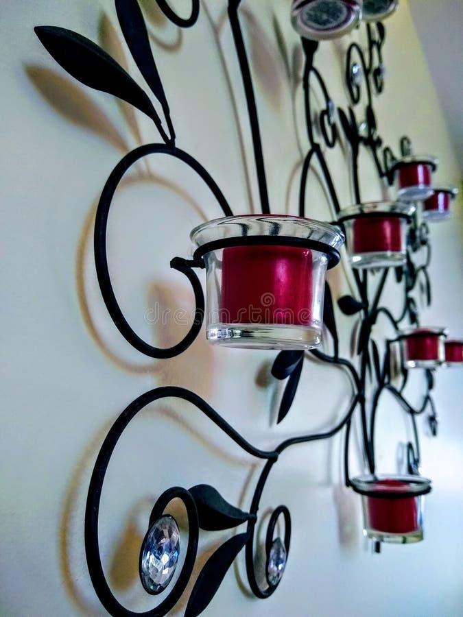 Metallkerzenhalter mit Blattakzenten lizenzfreies stockbild