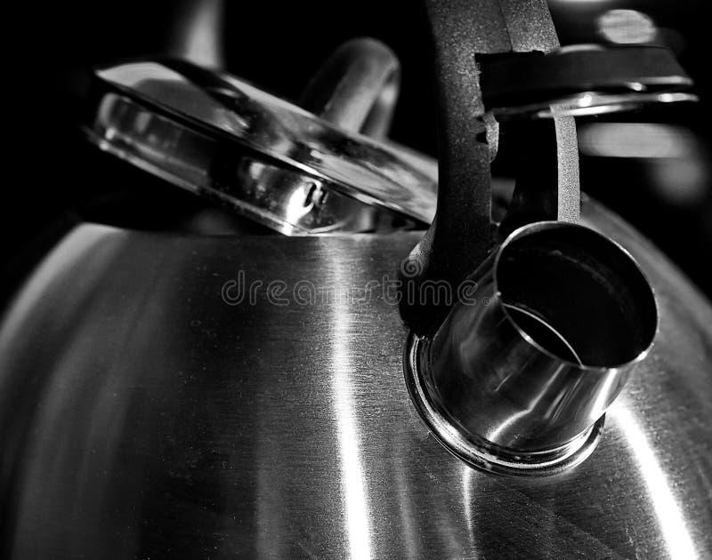 Metallkokkärl utensils för service för anddatalistkök trevliga Svartvitt fotografi Retro-stil arkivbild