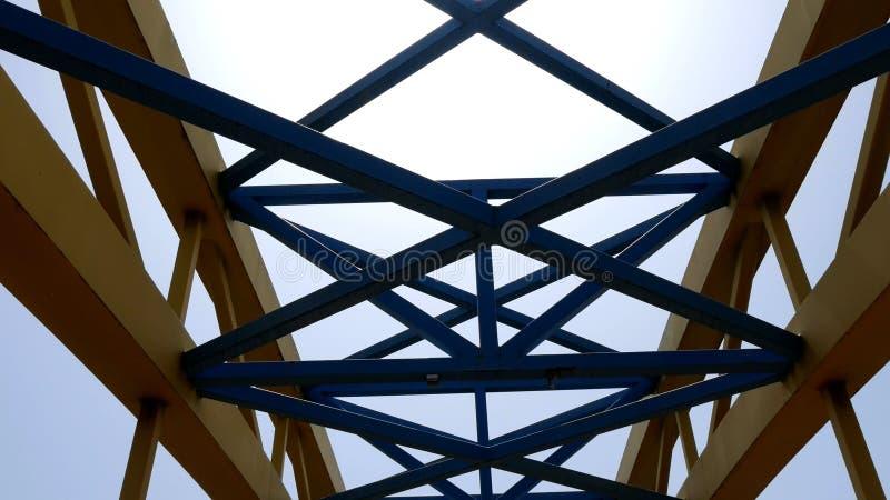 Metallkonstruktion mot himmel stock illustrationer
