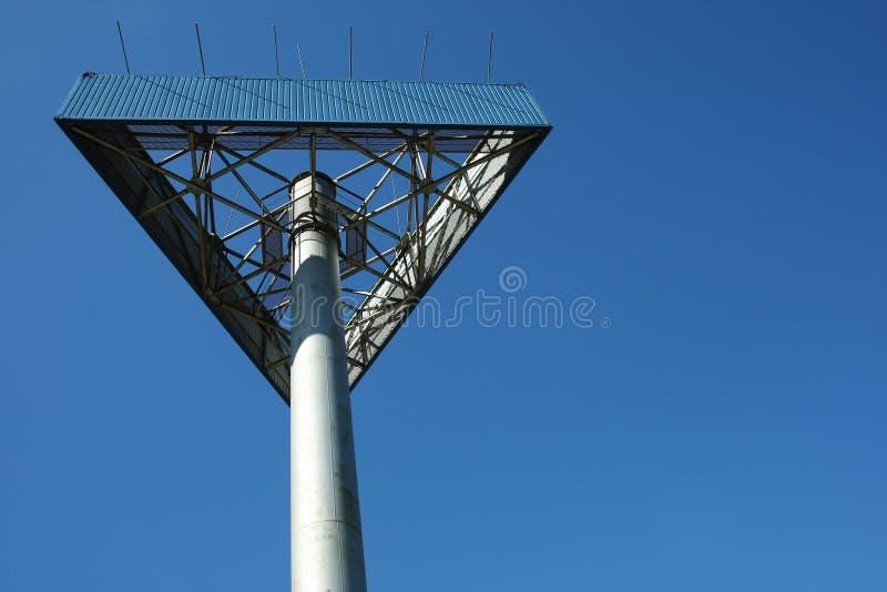 Metallkonstruktion på bakgrund för blå himmel royaltyfri fotografi