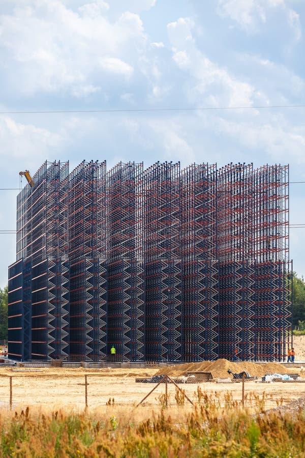 Metallkonstruktion på himmelbakgrunden arkivbilder
