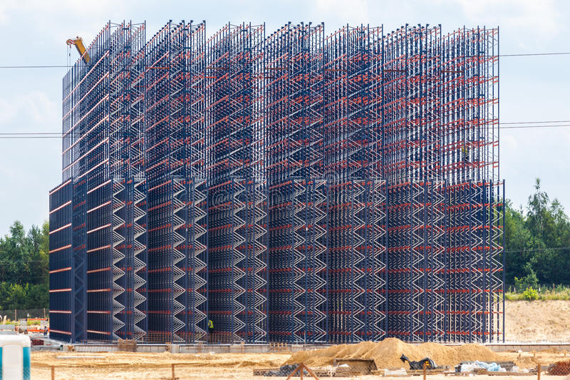 Metallkonstruktion på himmelbakgrunden royaltyfri fotografi