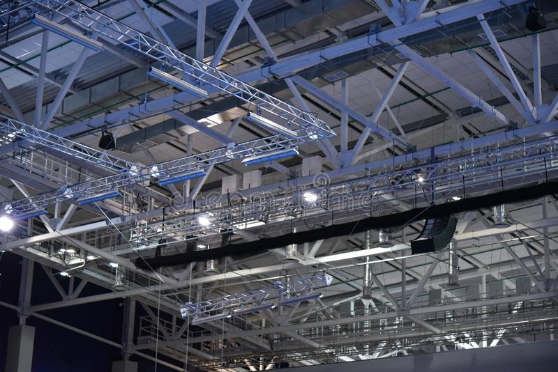 Metallkonstruktion under taket av byggnaden arkivbilder