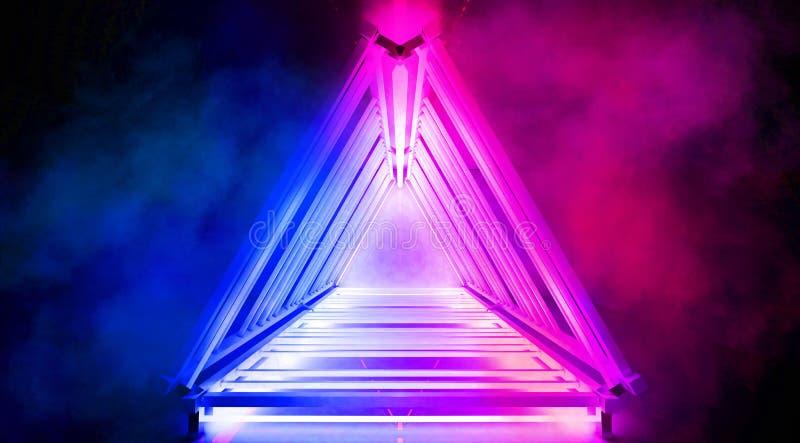 Metallkonstruktionen med en triangel markeras av ett nytt ljus, tjock rök, smog royaltyfri foto