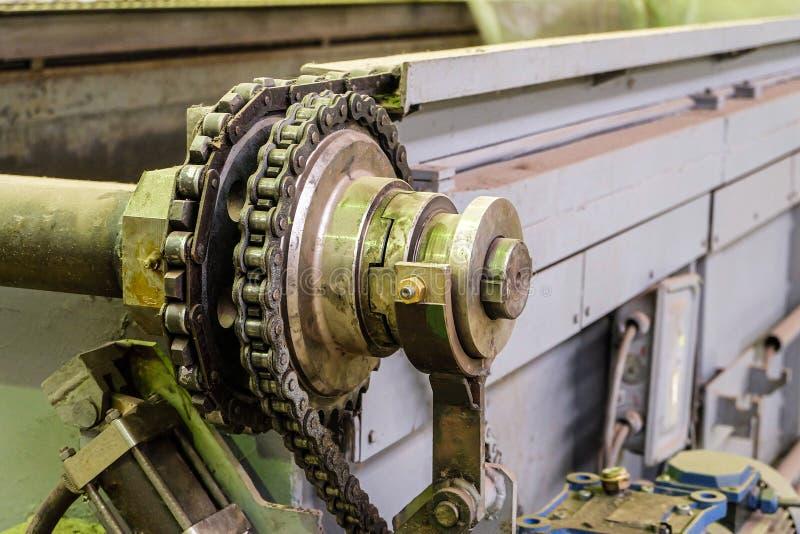 Metallkugghjulhjul av den industriella transportören med kedjan arkivbilder