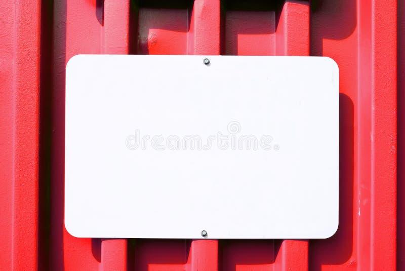 Metallleeres Zeichen auf einem roten Behälter lizenzfreies stockbild