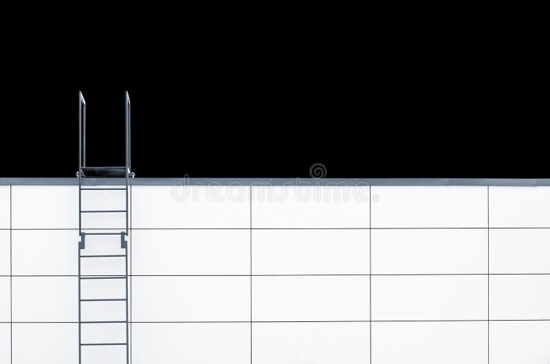 Metallnottreppe auf weißer Wand stockbild