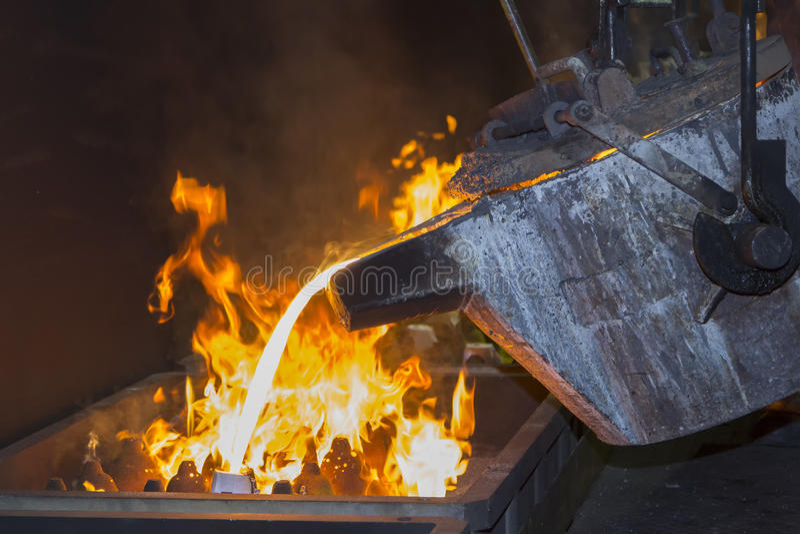 Metallo che versa nel lavoro a catena della colata immagine stock