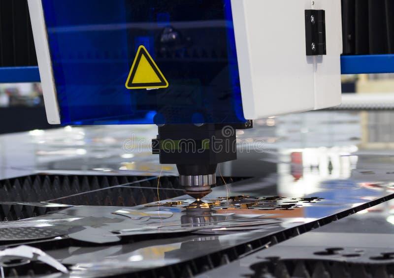Metallo d'acciaio di taglio industriale del laser di CNC con le scintille luminose fotografie stock
