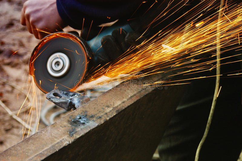 Metallo di saldatura, diffusione delle scintille immagine stock libera da diritti