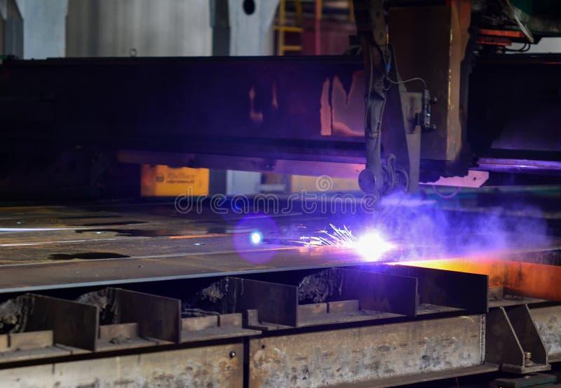 Metallo di taglio con l'attrezzatura del plasma immagini stock libere da diritti