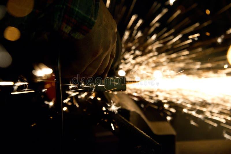 Metallo di taglio con la smerigliatrice di angolo fotografia stock
