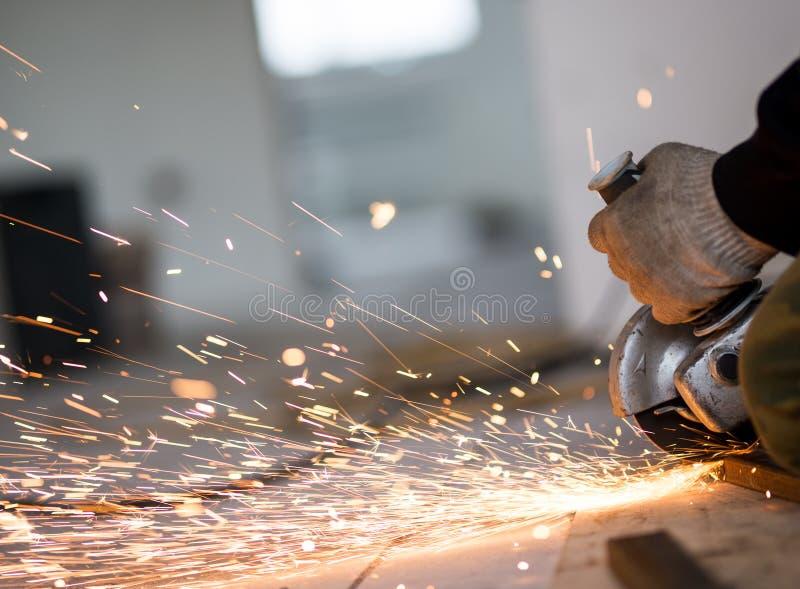 Metallo di taglio con la smerigliatrice di angolo fotografia stock libera da diritti
