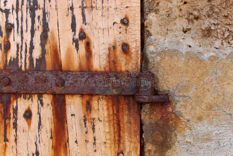 Metallo e porta naturalmente stagionati e arrugginiti di legno, Ibiza immagini stock
