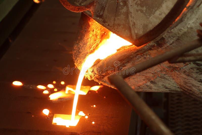 metallo fuso che versa nella muffa della sabbia; processo verde della sabbia fotografie stock libere da diritti