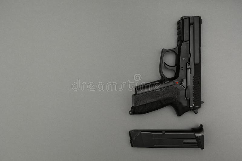 Metallo nero 9mm pistola e rivista su fondo grigio immagini stock libere da diritti