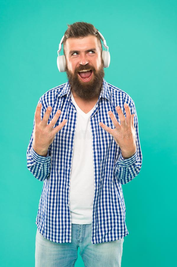 Metallo pesante e hard rock Tecnologia wireless Pantaloni a vita bassa con musica d'ascolto della barba Mante della musica bello  immagine stock libera da diritti