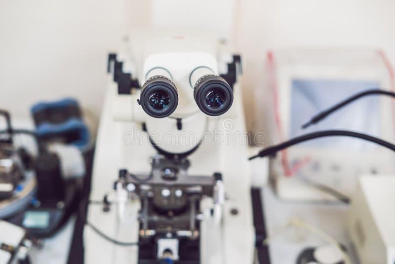 Metallographic mikroskop som används för utredning för yttersida för metall` s arkivbilder