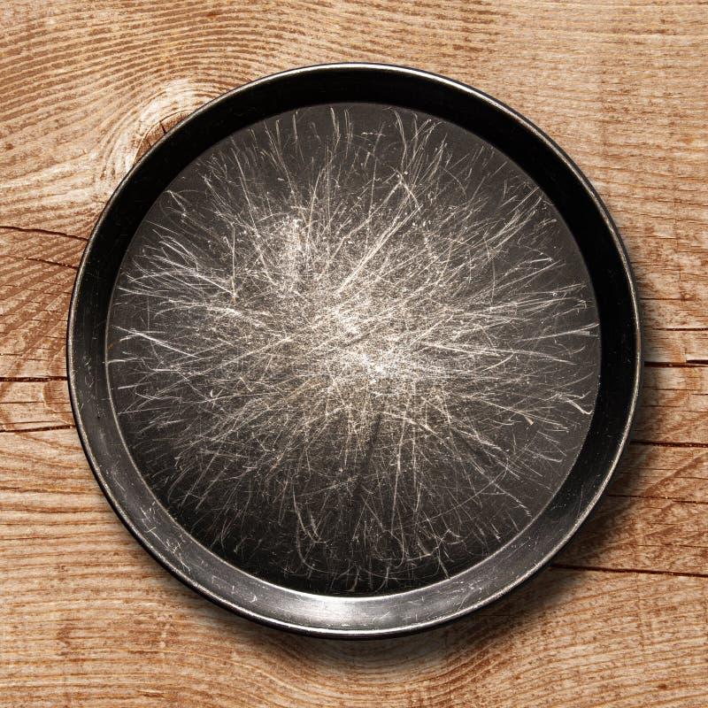 Metallpanna i träbakgrund fotografering för bildbyråer