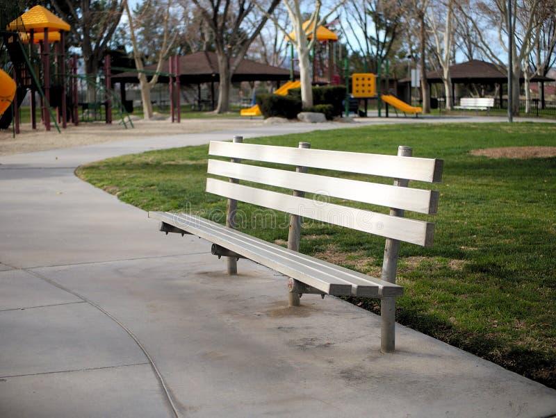 Metallparkbank und -Picknickplatz im Park stockbilder