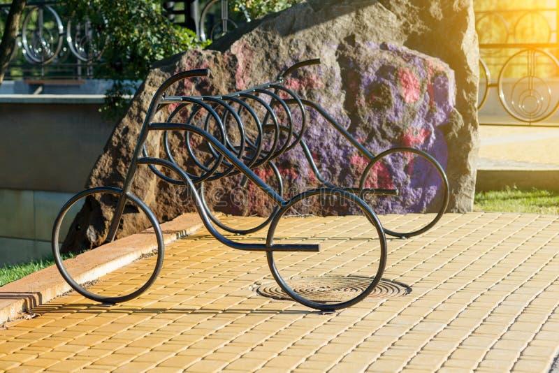 Metallparkering i form av en cykel royaltyfri bild