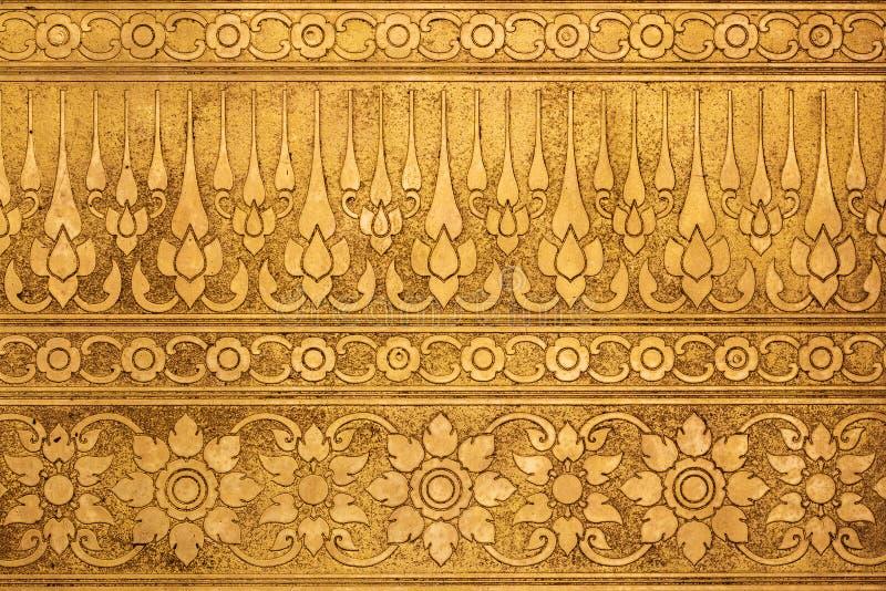 Metallplatta för gammal guld med thailändskt traditionellt snida arkivbilder