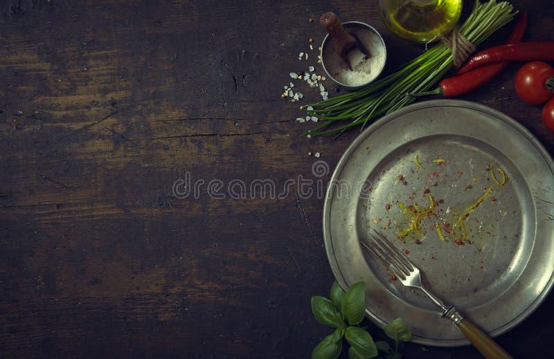Metallplatta med nya grönsaker och örter arkivfoton