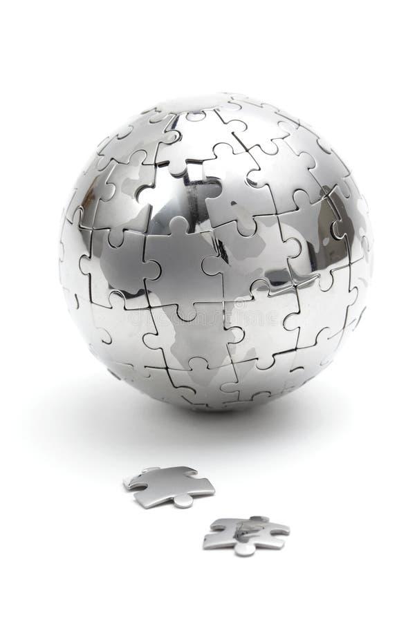 Metallpuzzlespielkugel auf weißem Hintergrund stockfoto