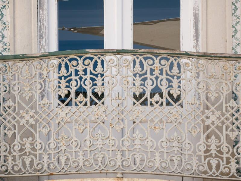 Metallräcke av fönsterbalkongen Traditionellt portugisiskt arkitekturhus i Algarve, Portugal royaltyfria bilder