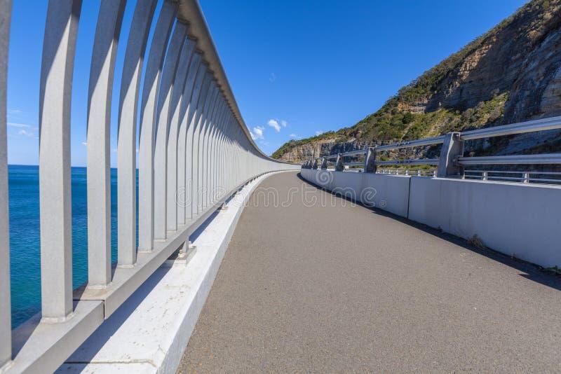 Metallräcke längs den kust- bron i Australien royaltyfri fotografi