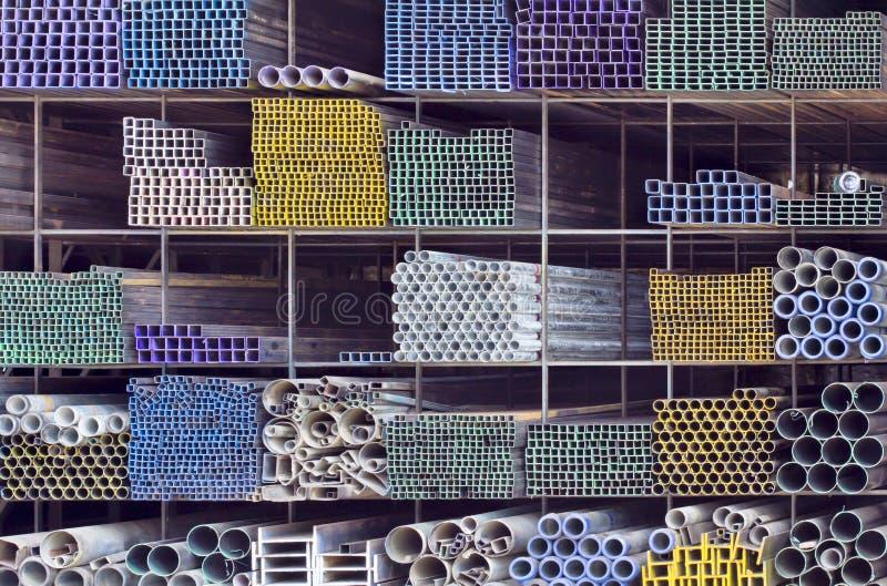 Metallrör för konstruktion på hylla royaltyfri foto