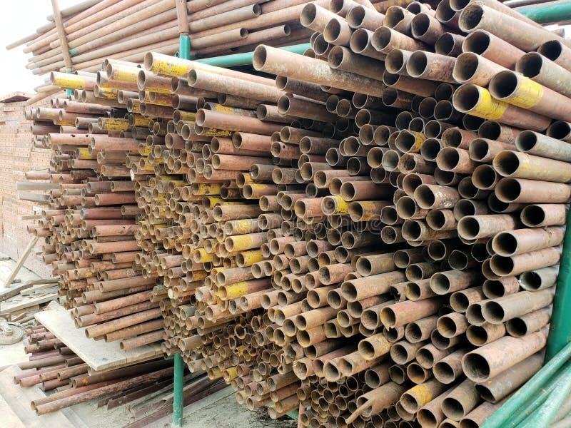 Metallrör lagras på den stora konstruktionsplatsen på Thailand arkivfoton