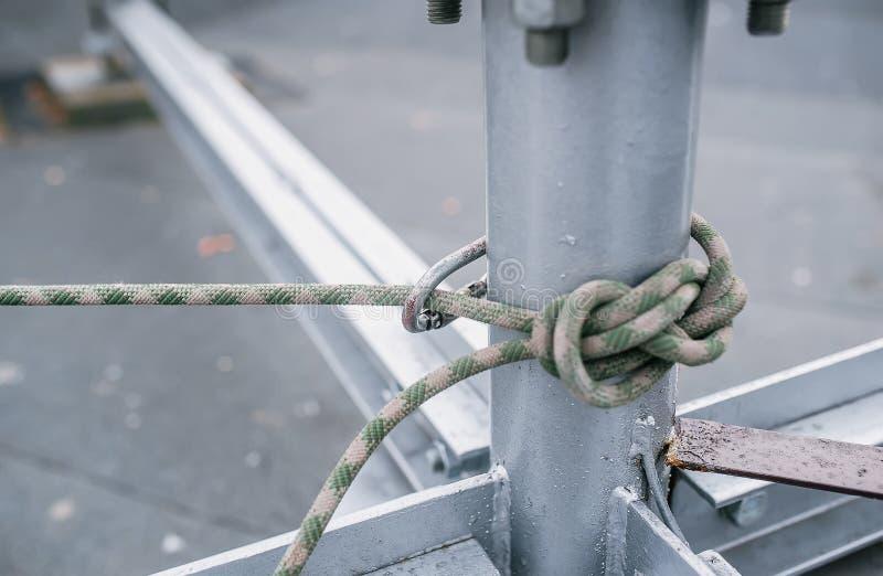 Metallrör som binds av det syntetiska repet för industriell bergsbestigning arkivbild