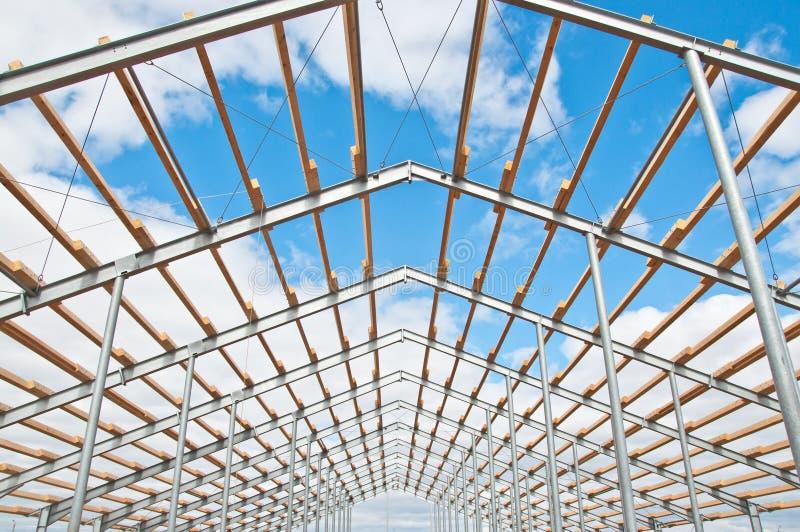 Metallrahmen des Neubaus gegen den blauen Himmel mit Wolken stockfoto