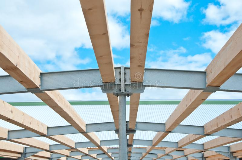Metallrahmen des Neubaus gegen den blauen Himmel mit Wolken lizenzfreie stockfotografie