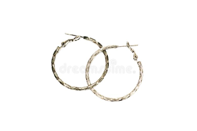 Metallringohrringe auf einem weißen Hintergrund stockfotos