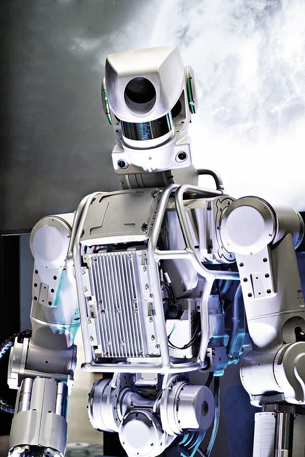 Metallroboter auf Raumhintergrund lizenzfreie stockbilder
