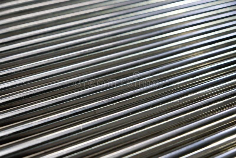 Metallrohre, Stäbe aus Metall und Eisen Nahaufnahme eines Kugelstoßes Tragwalze auf hellem Untergrund Schiefergelenk stockfotografie
