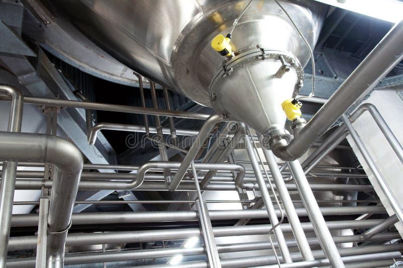 Metallrohrleitungen in einer Industriefabrik lizenzfreie stockbilder