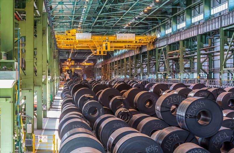 Metallrollenanlage, Rollen mit Stahlblech stockfoto