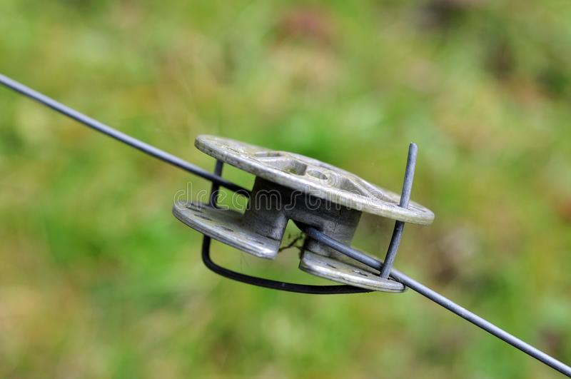 Metallrulle på det elektriska staketet arkivfoton
