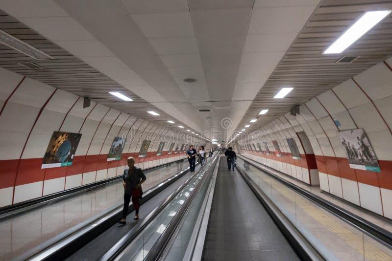 Metallrulltrappa inom av en station i Istanbul Turkiet på 26 September 2017 royaltyfria bilder