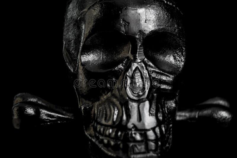 Metallschädel auf schwarzem Hintergrund lizenzfreie stockfotografie