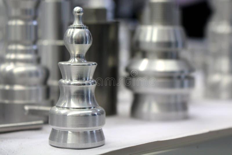Metallschackstycke royaltyfri fotografi