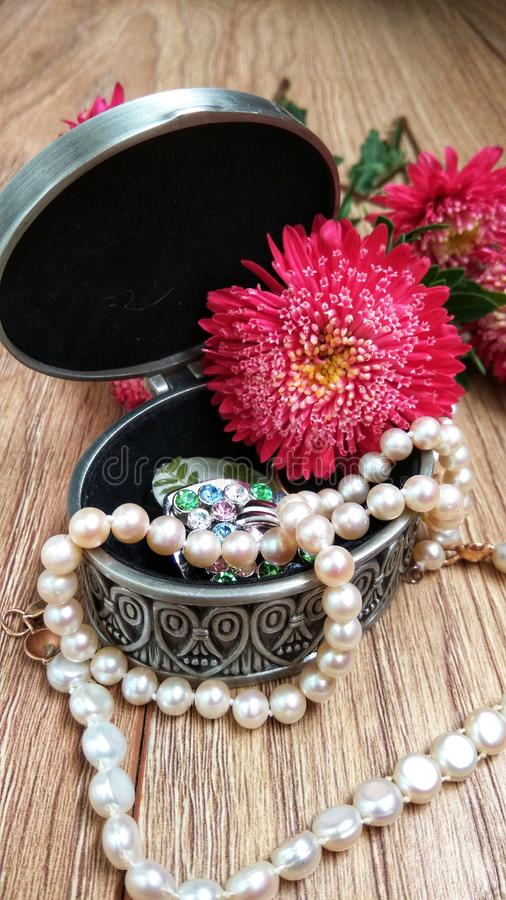 Metallschatulle mit Blumen und Perlen lizenzfreie stockbilder